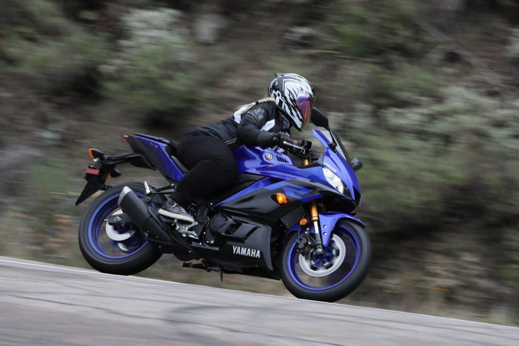 2019 Yamaha YZF-R3 test riding on the road