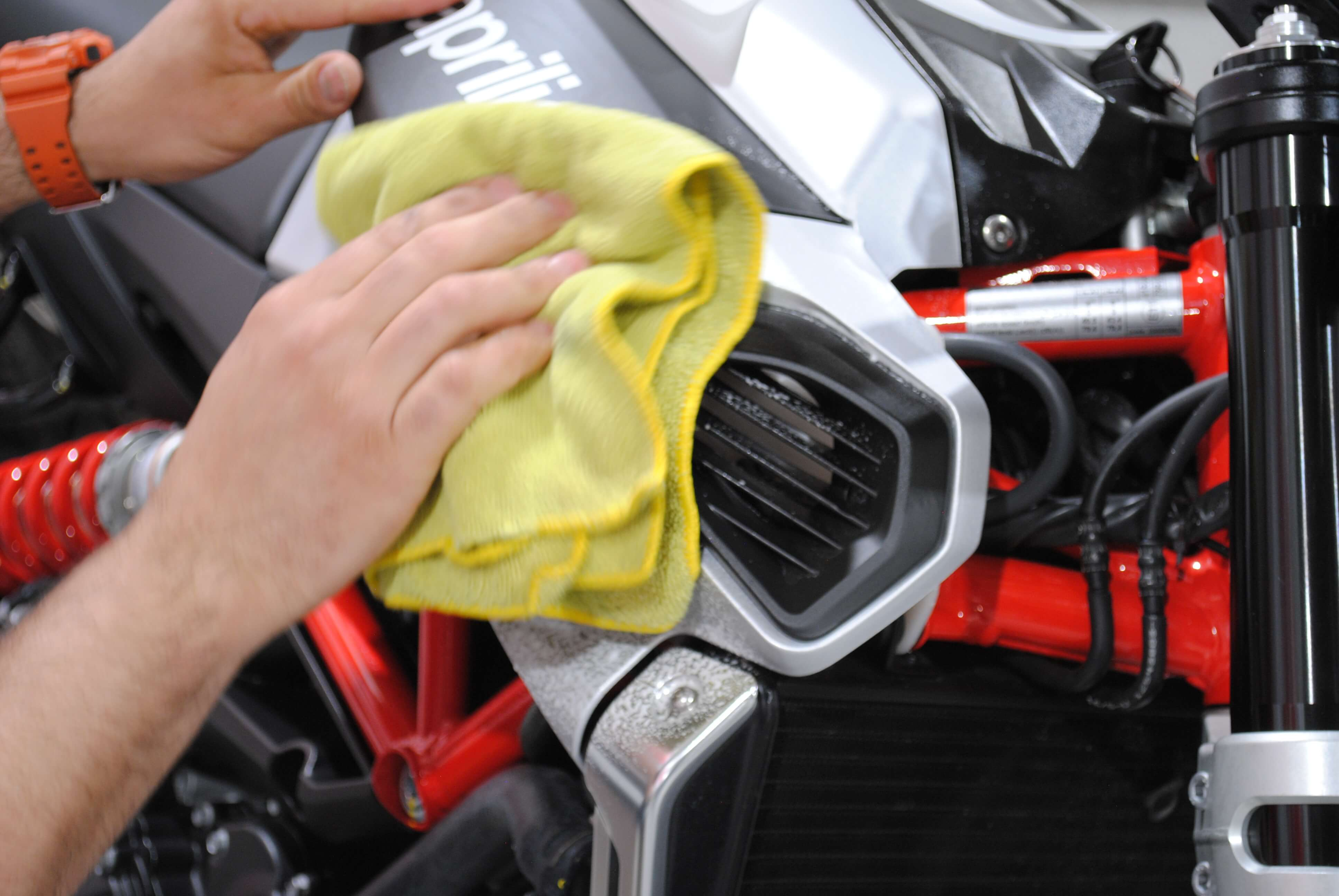 Washing and cleaning Aprilia Shiver before apply protective film